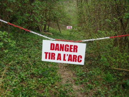 panneau DANGER pour dissuader le passage vers un couloir de tir